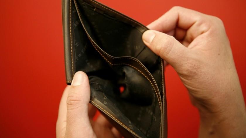 La suspensión del salario de un trabajador se considera en caso de que contraiga una enfermedad contagiosa que ponga en riesgo a otros colaboradores, de acuerdo con el artículo 42 de la Ley Federal del Trabajo.(Agencia Reforma)