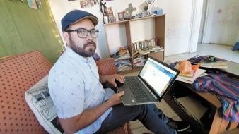 Maestro da clases en línea