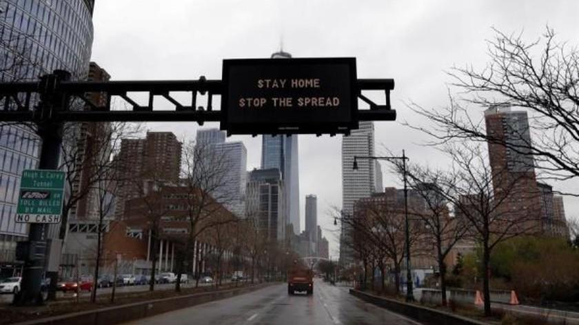 """Una señal de advertencia de tráfico en la autopista West Side instruye a los automovilistas a """"Quédense en casa, Detengan el contagio"""" en Nueva York, Nueva York, EU 23 de marzo de 2020(EFE)"""