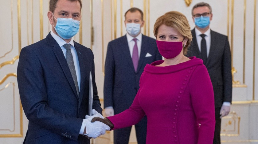 Esto ocurrió el viernes pasado en la ceremonia del nuevo primer ministroIgor Matovic. En las otras fotos se mostraba al resto del equipo utilizando cubrebocas tradicionales.(Tw: @Ali_Arena)