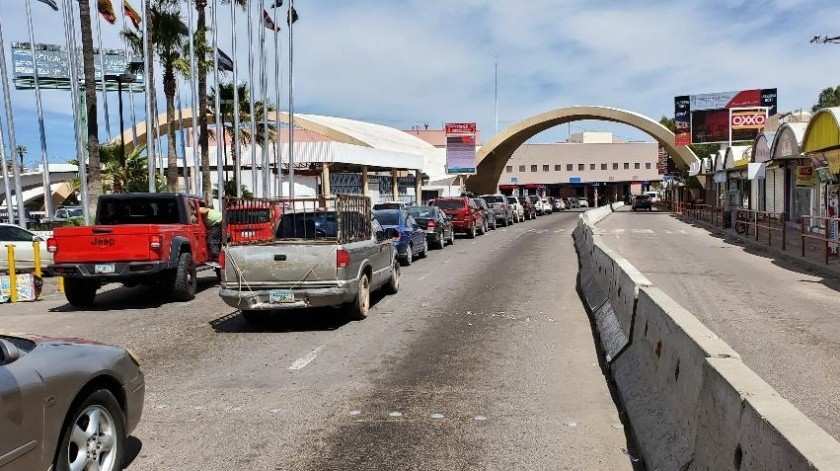 Tiempos de espera de 40 minutos para cruzar hacia Estados Unidos, reportaban automovilistas poco antes del mediodía de ayer en la garita Dennis DeConcini de Nogales.(Rubén Ruiz)
