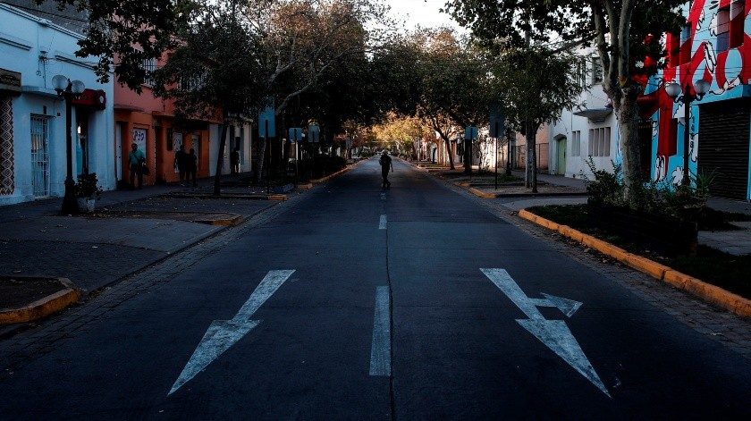 Chile se acerca a los mil casos de COVID-19 y baraja cuarentena en la capital.(EFE)