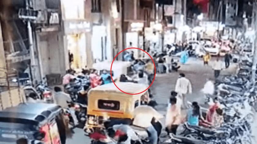 Golpean a motociclista al estornudar sin cubrirse en vía pública(Captura de video)