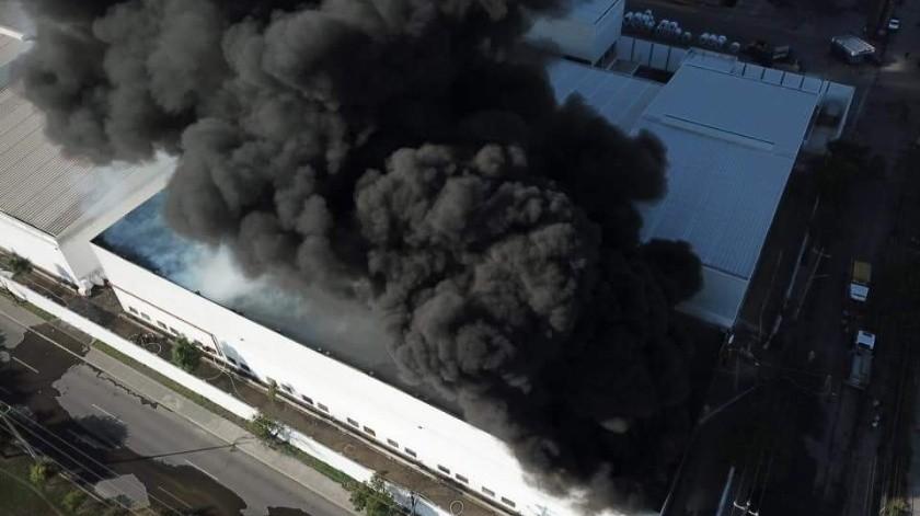 Evacuan a 60 trabajadores tras incendio en fábrica de Nuevo León(Twitter @PC_NuevoLeon)