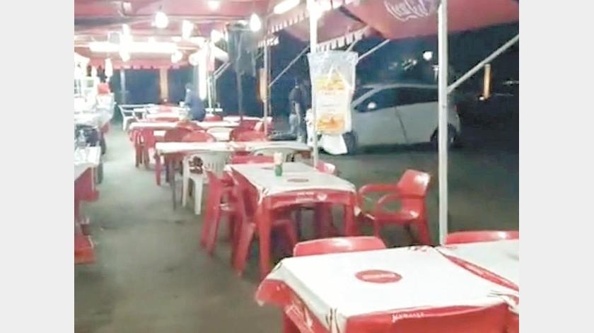 Los vendedores de hot dogs de la Plaza Emiliana de Zubeldía ven con tristeza las sillas vacías que antes estaban llenas de comensales.
