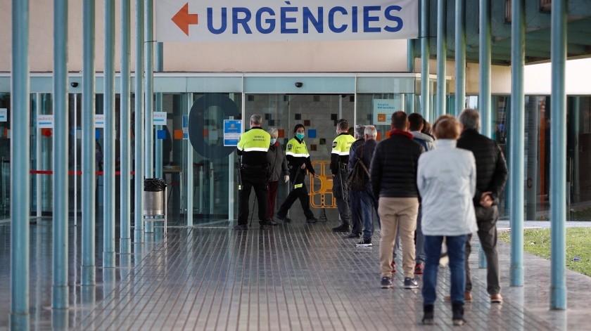 Varios agentes de seguridad controlan el acceso de urgencias en el hospital del Mar de Barcelona.(EFE, EFE)