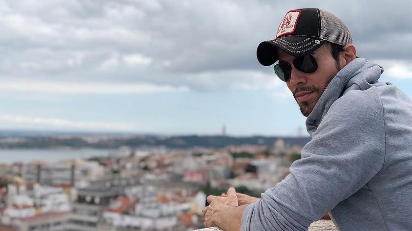 Enrique Iglesias envía mensaje tras la muerte de su ex padrastro por coronavirus.(Tomada de la red)