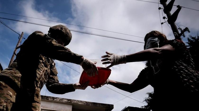 COVID-19: Ejército argentino reparte alimentos en los barrios más pobres(EFE)
