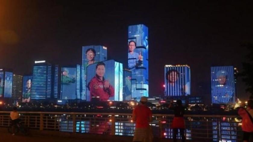 China proyecta en edificios los rostros de médicos que lucharon contra coronavirus
