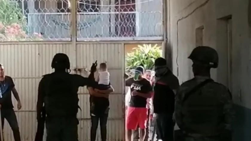 Encapuchados agreden a militares durante operativo en Michoacán(Captura de pantalla)