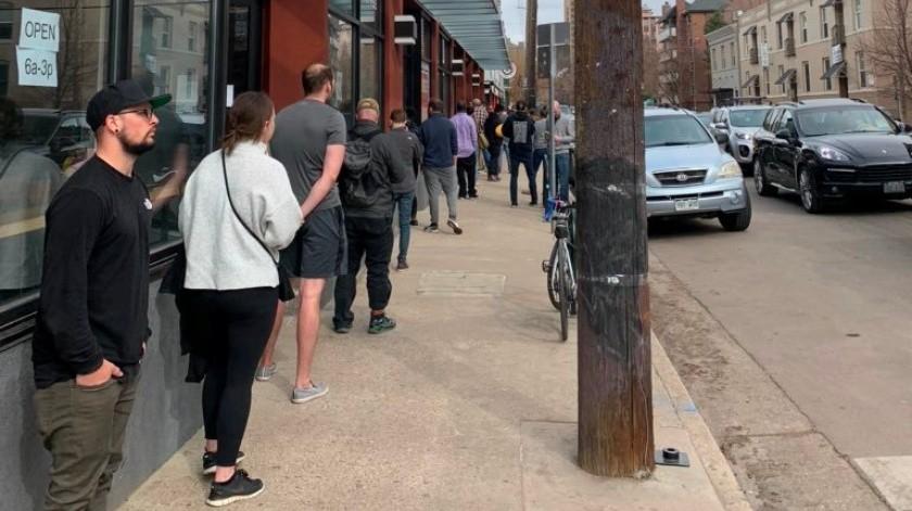 Según informes locales, la administración tuvo que cerrar luego de que residentes acudieron en masa a las tiendas para hacer compras de pánico.(Twitter/Josh Walker)