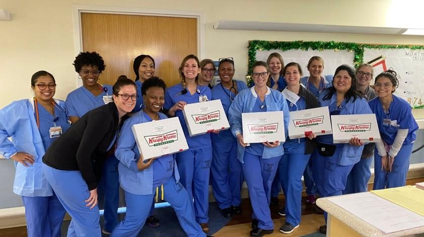 Agradeció que los trabajadores de Salud y a todos los que apoyan, incluyendo a sus colaboradores, se comprometan a diario a compartir alegría..(@Krispy Kreme)