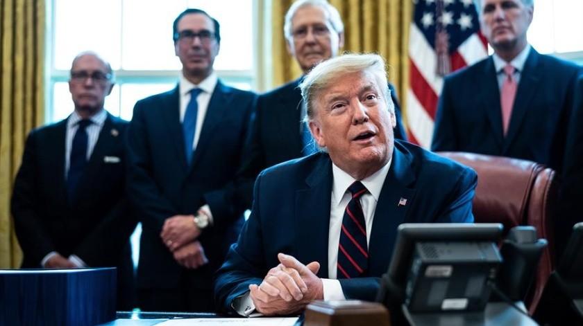 Tras la aprobación del Congreso, Donald Trump firmó el mayor paquete de estímulo fiscal para que Estados Unidos enfrente la crisis por coronavirus.(EFE)