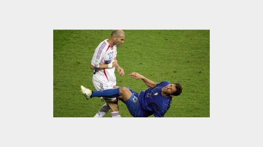 ¡Cabezazo al coronavirus! Materazzi subasta camiseta del cabezazo de Zidane(Twitter)