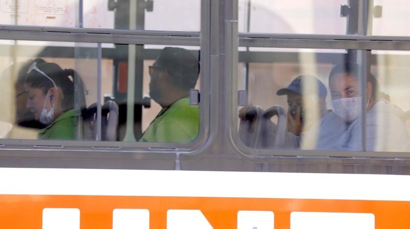 Poco se aplica la medida de la sana distancia a bordo de las unidades del transporte público.(Julián Ortega)