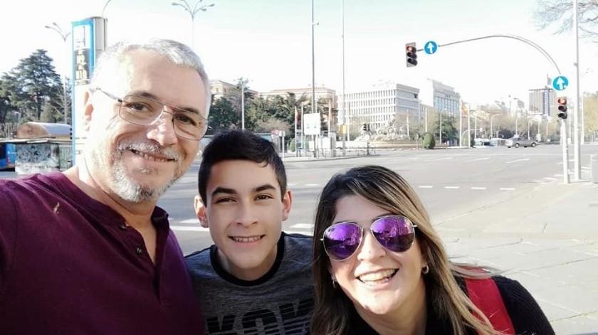 Alejandro, Alan y Lupita en su recorrido por las calles de Madrid, a donde acudieron de vacaciones y terminaron en una cuarentena por el coronavirus.(Mayra Echeverría)