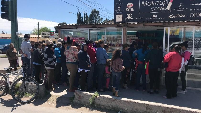 Cientos de aguapretenses acudieron a brindar ayuda y a pedirla en un centro de acopio.(Diyeth Z. Arochi)
