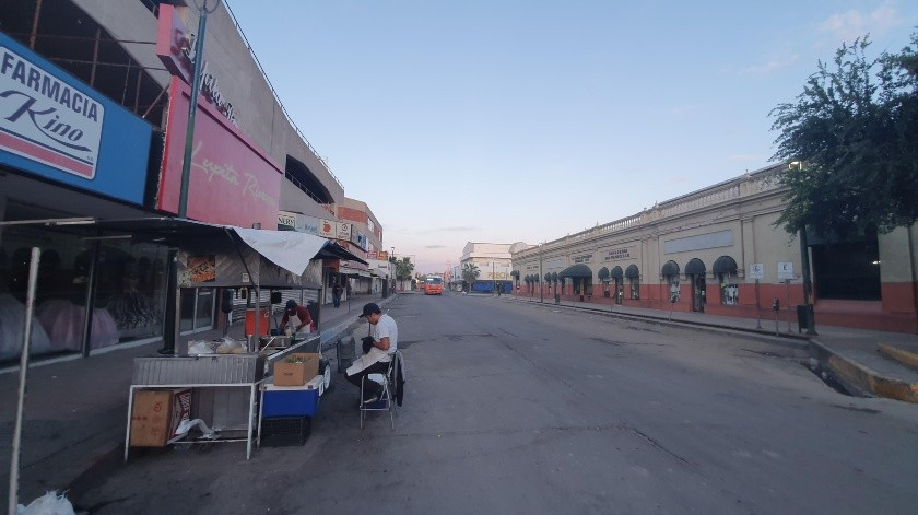 En esta gráfica captada el pasado domingo se observa a un vendedor de alimentos en espera por clientes en el Centro de la ciudad.(Banco Digital)