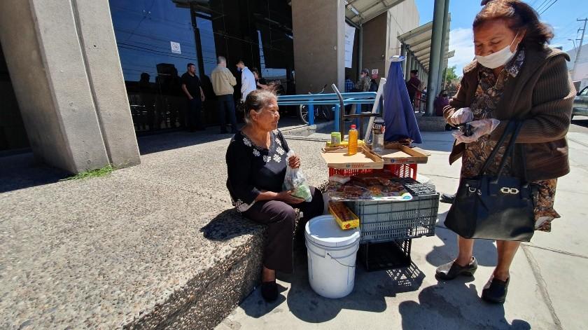 Magdalena Duarte, de 61 años, acude a diario a ofrecer sus productos frente a la clínica 37 del Seguro Social.(Gamaliel González)