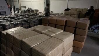 Aseguran 4 toneladas de mariguana en camión abandonado en carretera Guaymas-Hermosillo