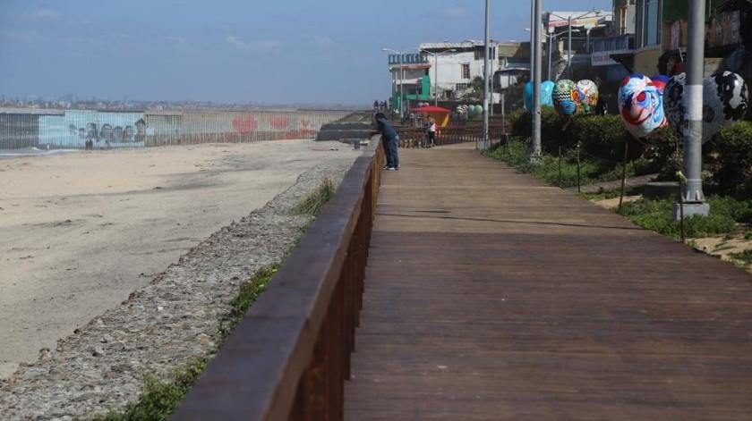 El malecón de Playas de Tijuana se ve prácticamente solo.(Sergio Ortiz)
