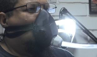 Ante la insuficiencia de ventiladores para respirar artificialmente, un ingeniero y profesor de la Universidad de Sonora diseñó un respirador básico para dar primeros auxilios a una persona afectada por Covid-19.