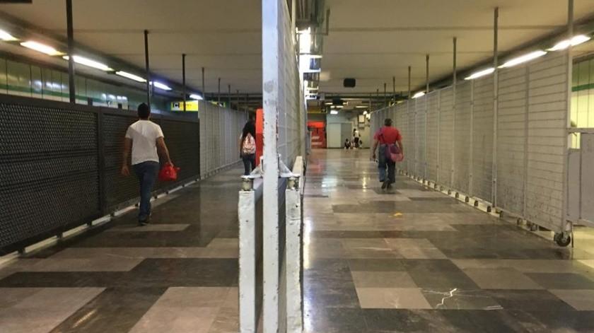 Un mes después de reportar el primer caso de coronavirus en el país, Ciudad de México siente los efectos de la pandemia, pero la normalidad resiste este domingo en sitios turísticos del centro histórico con paseantes que aún desafían la contingencia.(EFE)