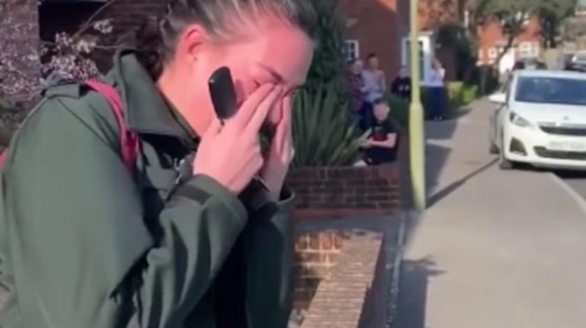 VIDEO: Paramédico llora al recibir aplausos de sus vecinos al irse a trabajar