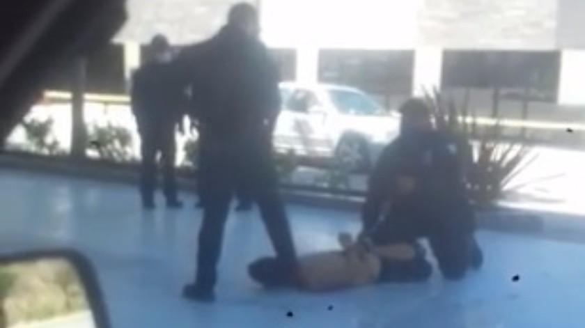 Uno de los oficiales, luego de someter a una persona, colocó su pie sobre la nuca del asegurado, quien falleció.(Cortesía)
