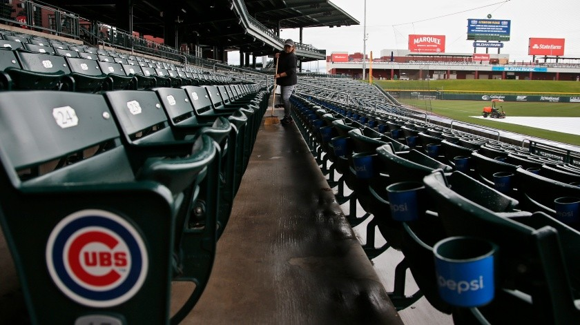 Sonna Vázquez barre las gradas del estadio Sloan Park, sede de pretemporada de los Cachorros de Chicago en Mesa, Arizona, el jueves 12 de marzo de 2020.(AP)