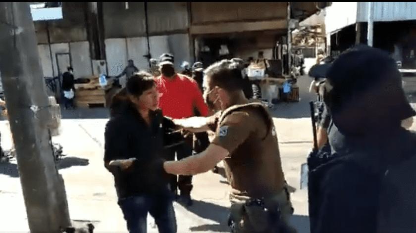 En un video que circula de su detención, a la paciente se le observa agresiva.(Captura)