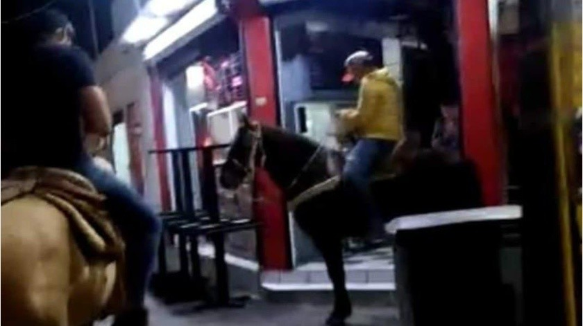 Restaurante regala comida a clientes que lleguen en caballo ante Covid-19(Facebook)