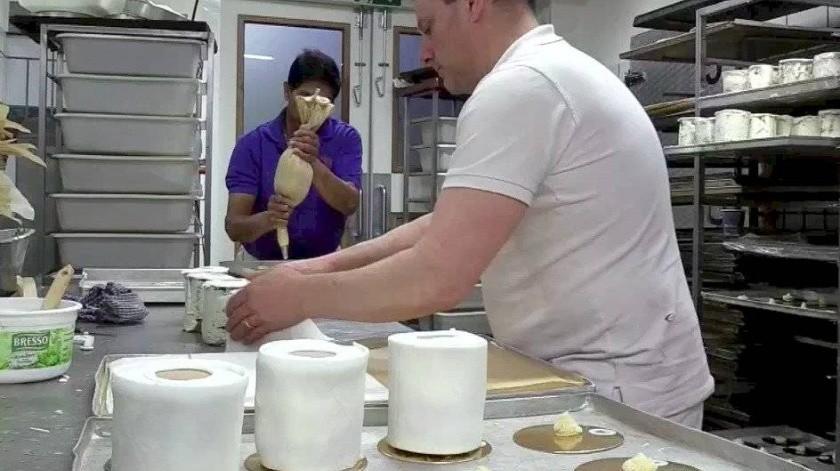Hacen pasteles con forma de papel higiénico y desinfectante(EFE)