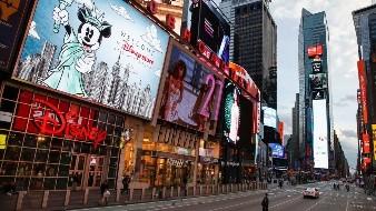 Un policía cruza una séptima avenida vacía en un Times Square escasamente poblado debido al temor de COVID-19, la tarde del 20 de marzo de 2020, en Nueva York.