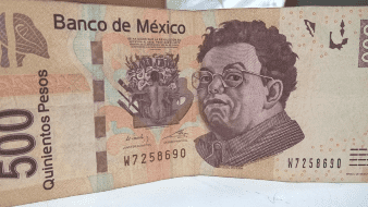 Peso mexicano opera a la baja; espera anuncio de EU