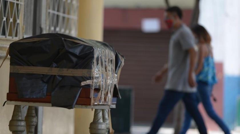 """Vista de un ataúd este jueves en la ciudad de Guayaquil (Ecuador). Ecuador asegura que en la crisis que vive Guayaquil no ha habido incineraciones callejeras de cadáveres y que las imágenes difundidas por redes son producto de """"grupos políticos"""" que tratan de sembrar """"el caos"""".(EFE)"""