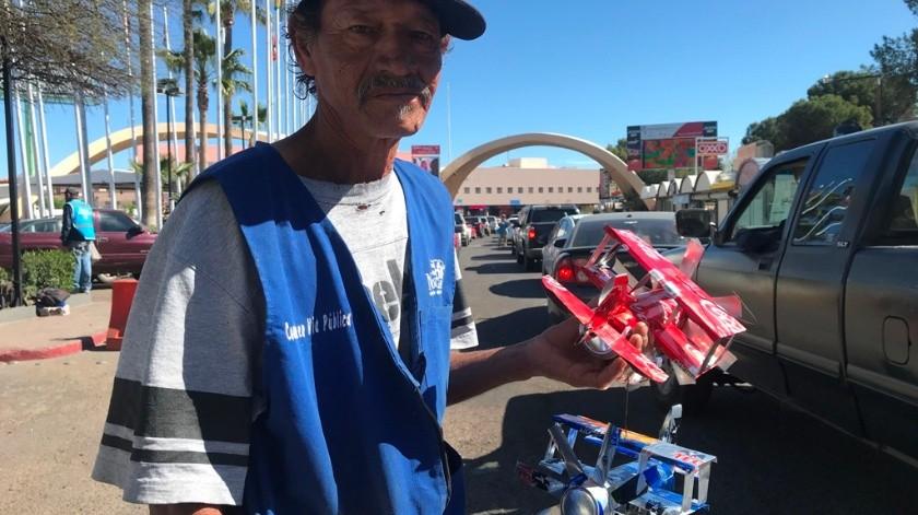 Bernardo Meraz de 55 años todos los días acude a la fila vehicular de la garita Dennis DeConcini donde oferta sus avioncitos a según cooperen los clientes y puede ser desde 50 a 100 pesos por pieza.