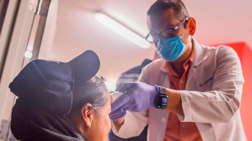 Médico revisando a un paciente debido a la alerta mundial sanitaria del virus Covid19. EFE/Francisco Guasco/Archivo