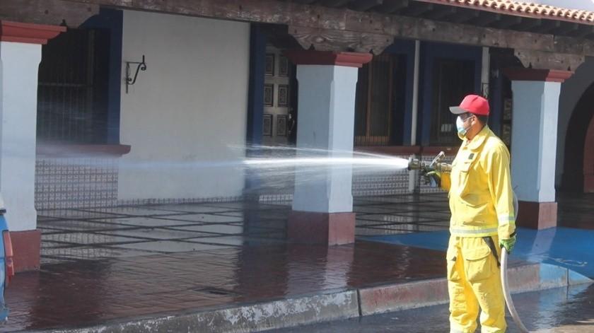 El alcalde ordenó el riego de calles con agua y cloro.(Cortesía)