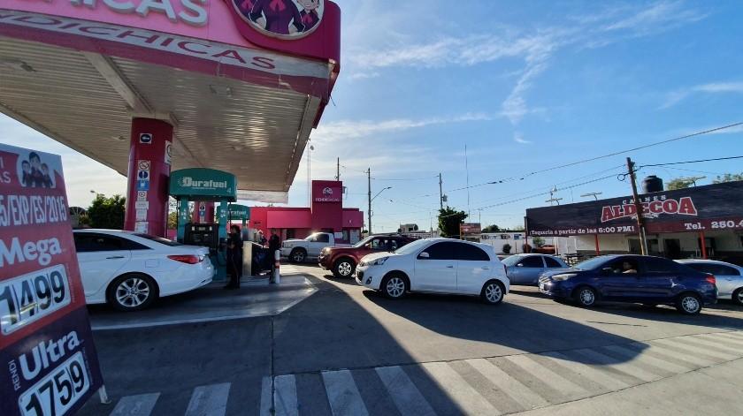 La gasolinera de Vildósola y Comonfort se observó llena de automovilistas que fueron a echar gasolina, tras la propuesta del sector Salud.(Gamaliel González)
