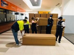 En Guayaquil reparten ataúdes de cartón ante crisis de cadáveres de COVID-19