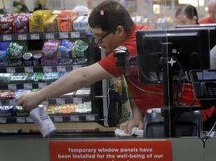 Empleados de supermercados son vitales, pero tienen miedo