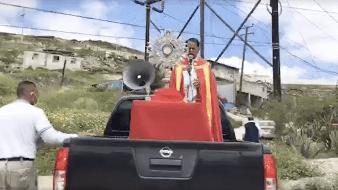 Sacerdotes salen a las calles a repartir la bendición en Tijuana