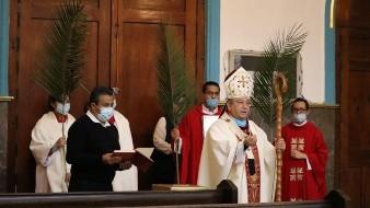 La misa del Domingo de Ramos se realizó a puerta cerrada, quienes participaron en la ceremonia usaron cubrebocas.