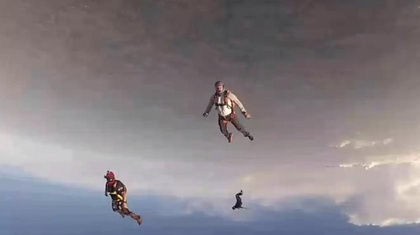 Paracaidista noquea a otro en mitad de un salto y un tercero vuela a su rescate