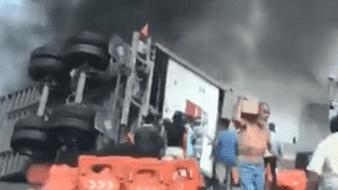Se incendia tráiler de LaLa en Guanajuato; roban mercancía entre el fuego