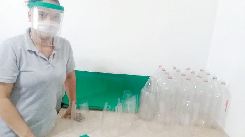 La enfermera Paola Mudeci elabora caretas para ella y sus compañeros en Guaymas.(Yesicka Ojeda)