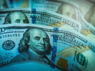 Desplome del dólar beneficia levemente a peso mexicano