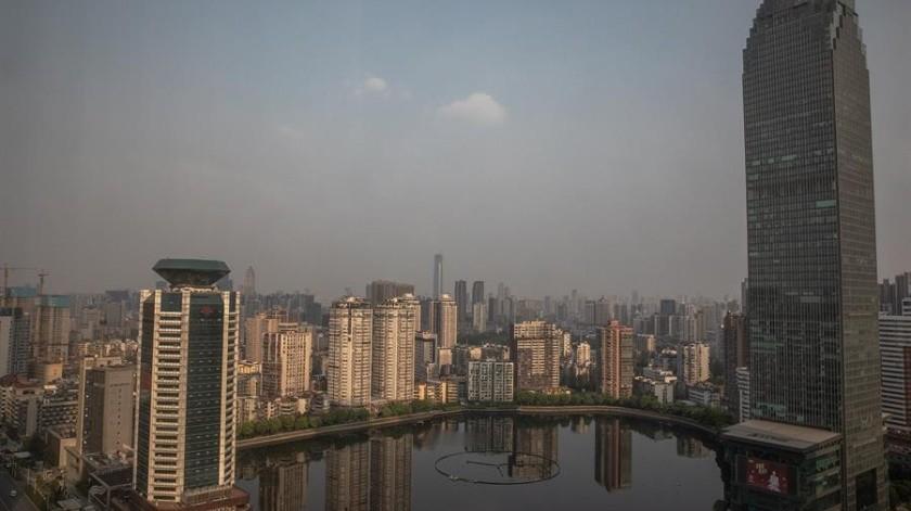 El primer tren salió esta mañana de Wuhan tras 76 días de cuarentena que llegaron hoy a su fin en la ciudad china donde comenzó la pandemia de la COVID-19.(EFE)