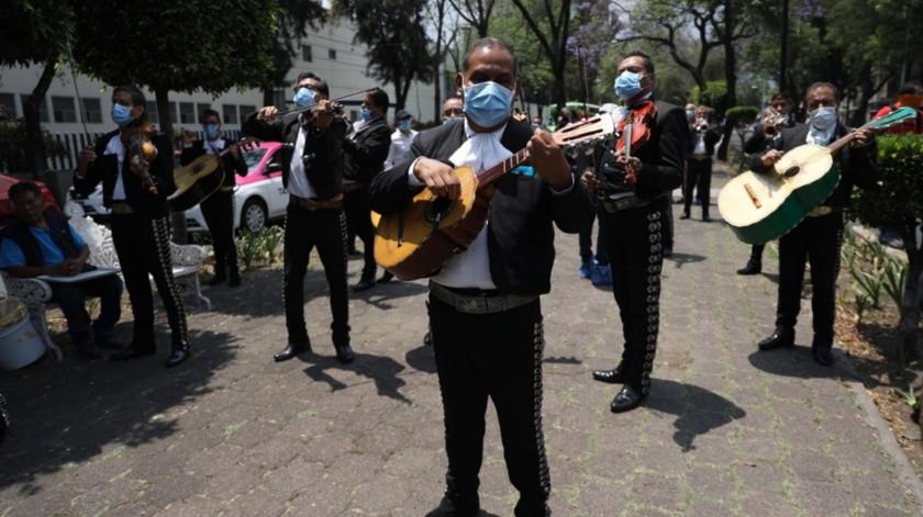 Mariachis ofrecen una serenata frente al Hospital Nacional de Enfermedades Respiratorias, en la Ciudad de México.(EFE)